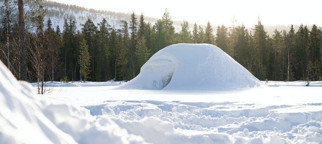 Construcción de un iglú en Grandvalira