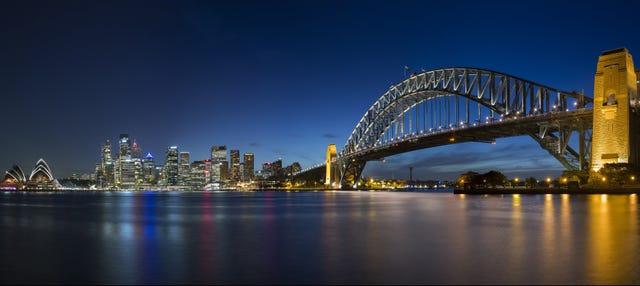 Escalada por el Puente de la Bahía por la noche