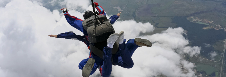 Salto tándem en paracaídas sobre la Represa de Itaipú