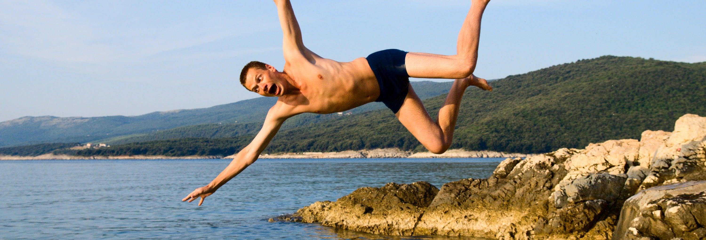 Salto al mar desde acantilados en Split