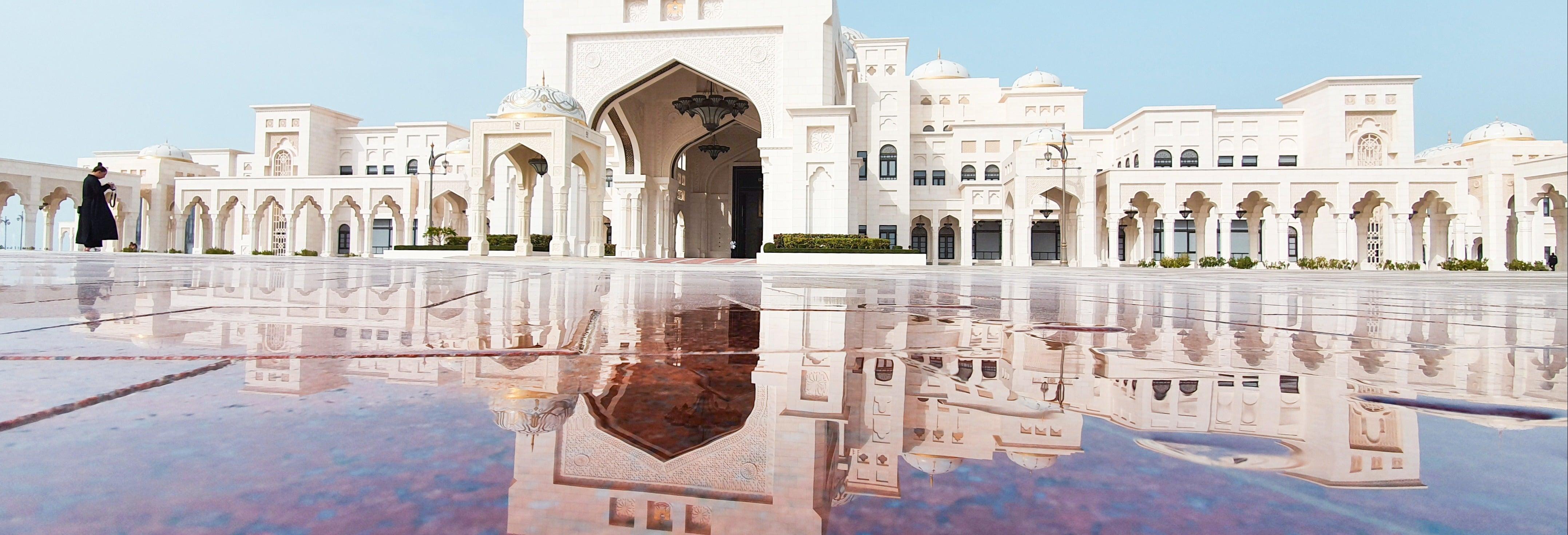 Entrada al palacio Qasr Al Watan