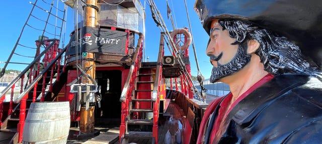 Paseo en barco pirata por las playas de Barcelona
