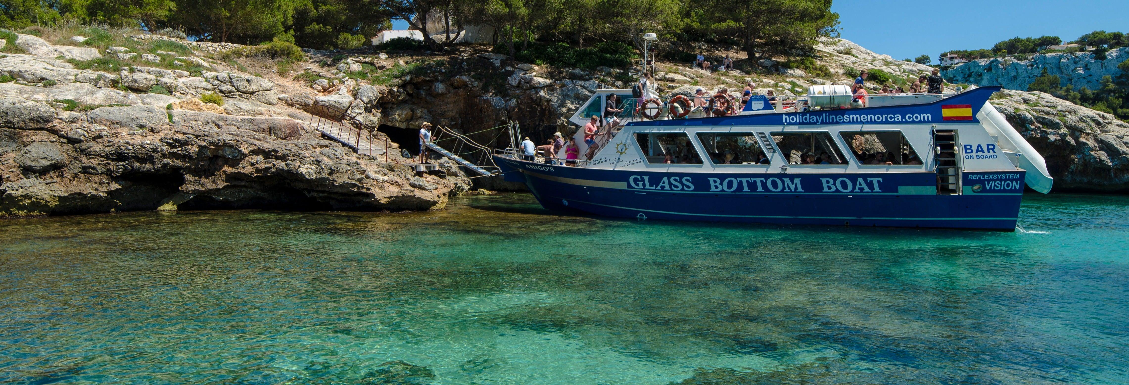Barco a Cala Galdana saindo de Cala'n Bosch