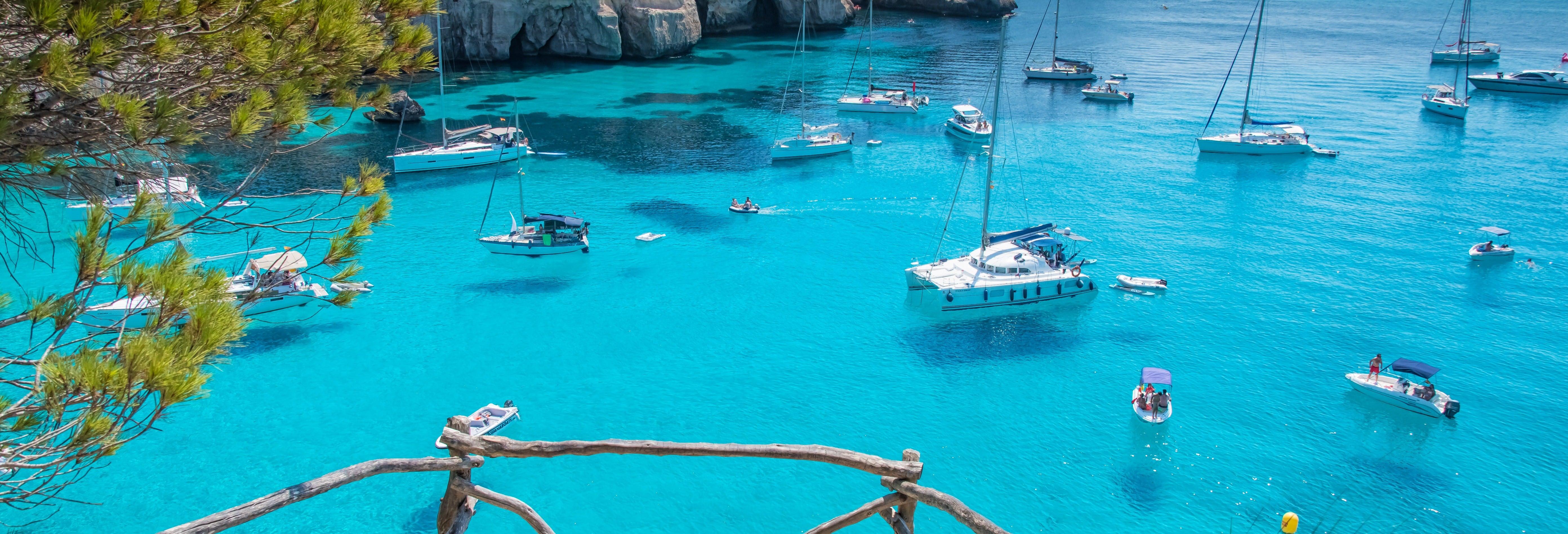Tour in catamarano della zona nord di Minorca da Fornells