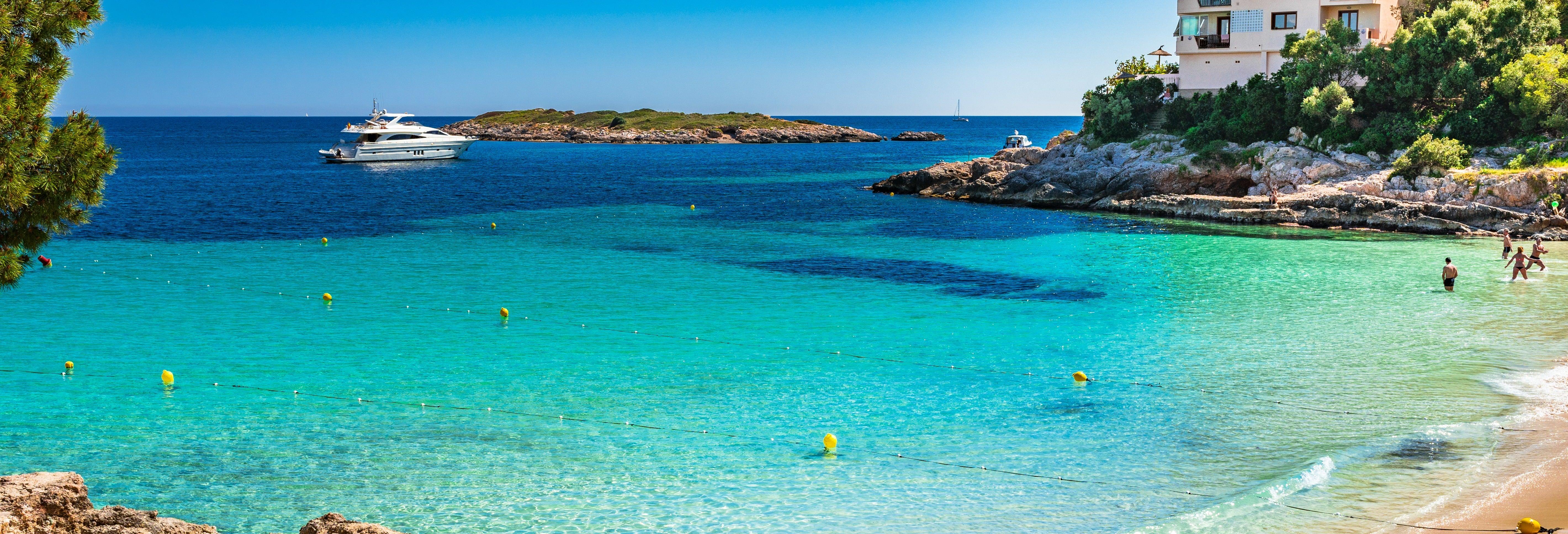 Excursão à praia de Ses Illetes de catamarã saindo da cidade de Ibiza