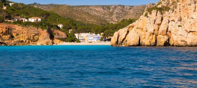 Excursión a cala Granadella en catamarán con comida