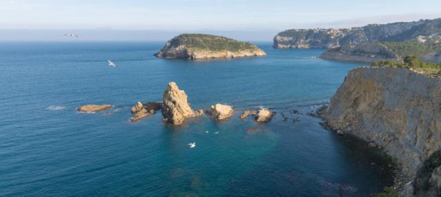 Tour por los cabos de Jávea e isla de Portichol en catamarán