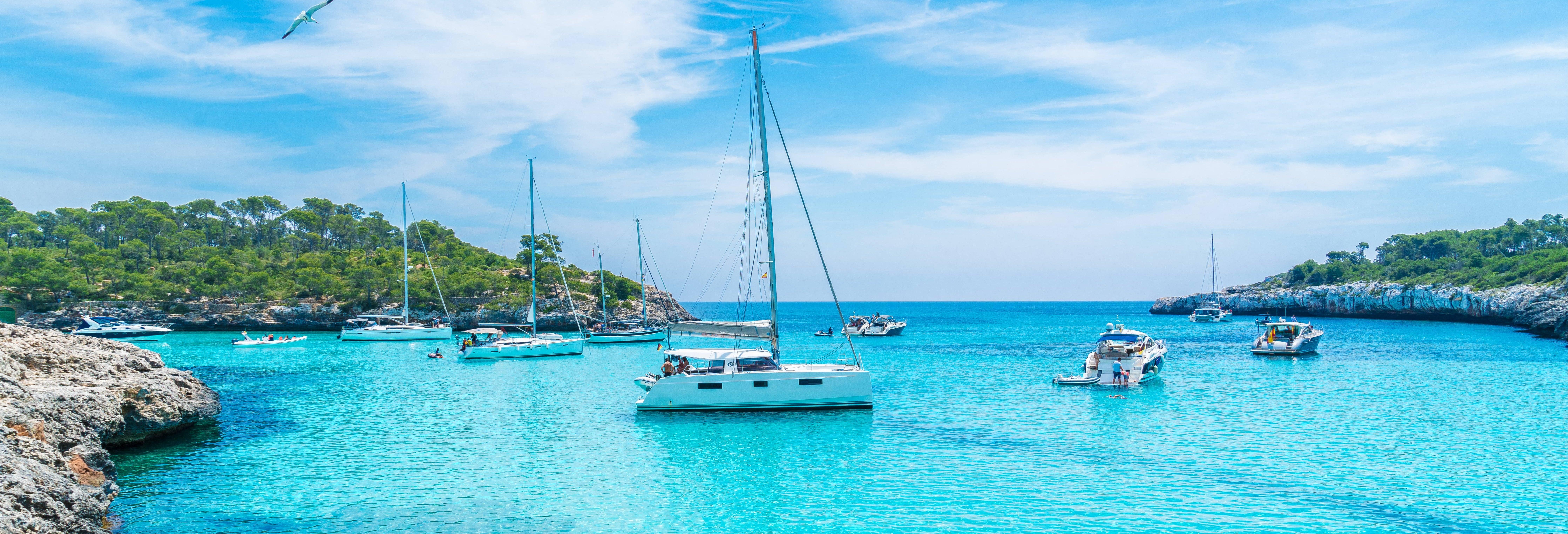 Catamaran dans la baie de Palma au coucher du soleil