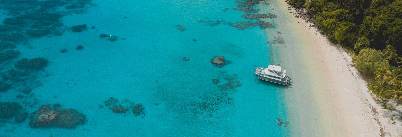 Excursión a la isla Yanuca en catamarán