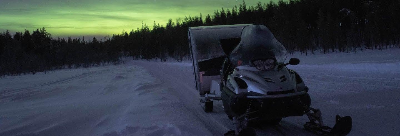 Noche bajo la aurora boreal