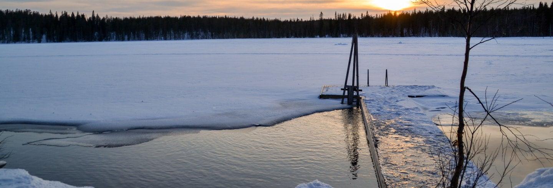 Sauna finlandais et baignade dans le lac gelé Jeris