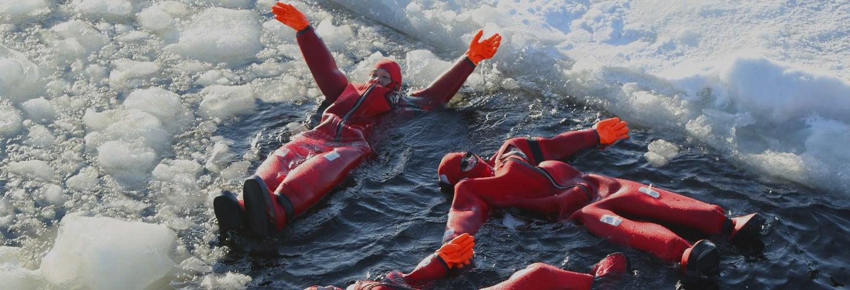Flotación en un lago congelado bajo la aurora boreal