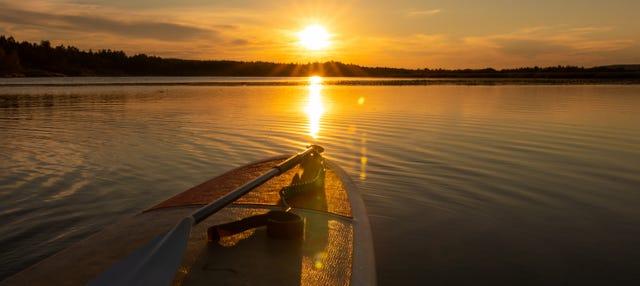 Paddle surf bajo el sol de medianoche