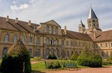 Entrada a la abadía de Cluny sin colas