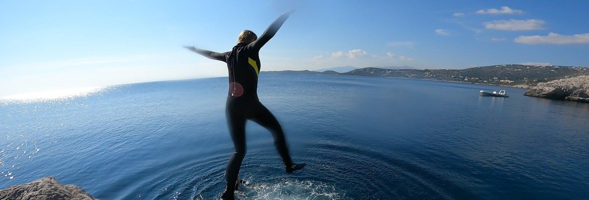Salto al mar desde acantilados en el cabo Maratón