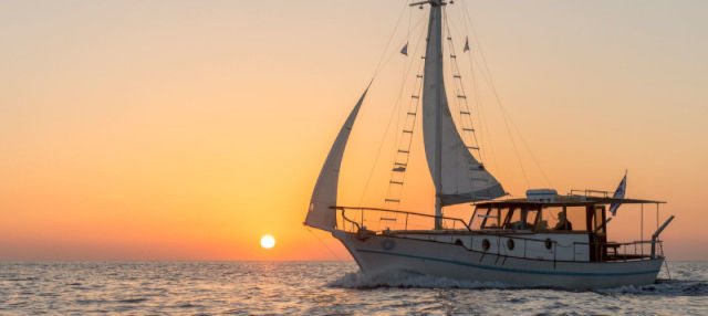 Balade en bateau traditionnel dansla caldeira de Santorin