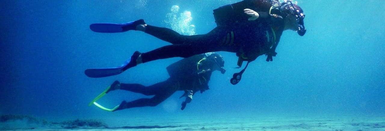 Bautismo de buceo en la playa Agios Nikolaos