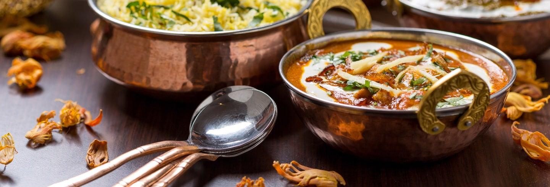 Aula de cozinha e almoço com uma família indiana