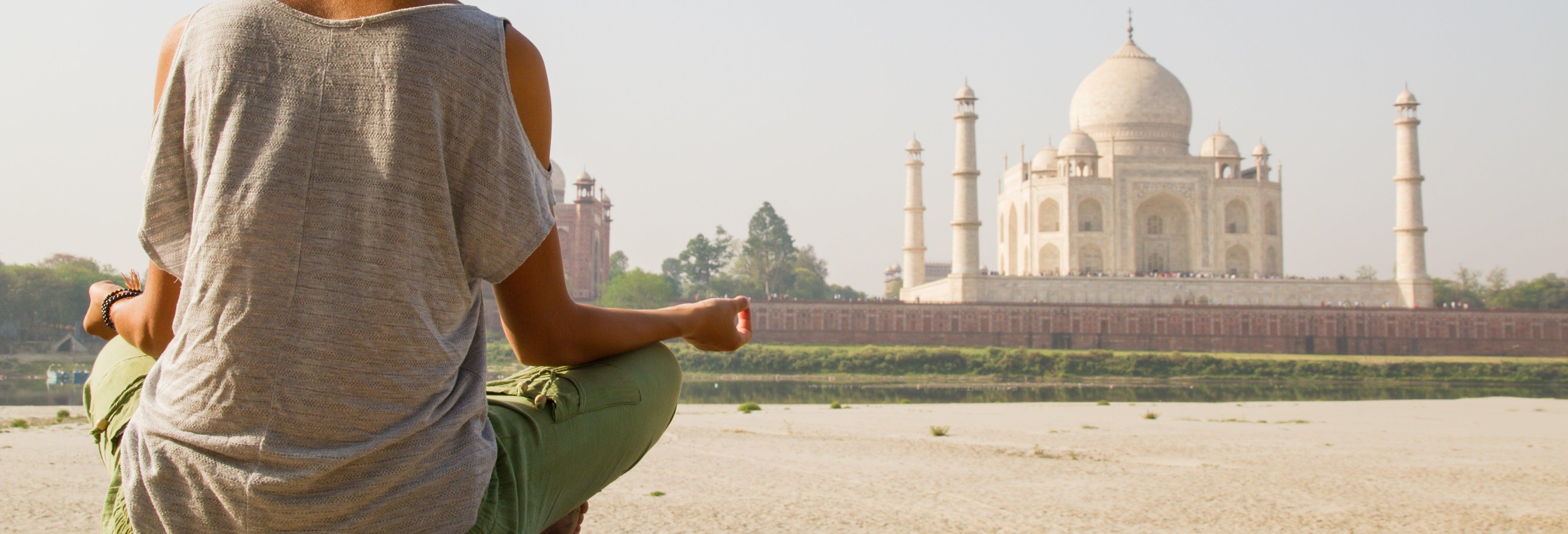 Clase de yoga frente al Taj Mahal