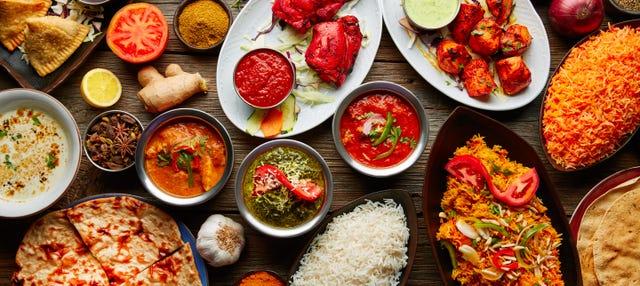 Clase de cocina india con comida
