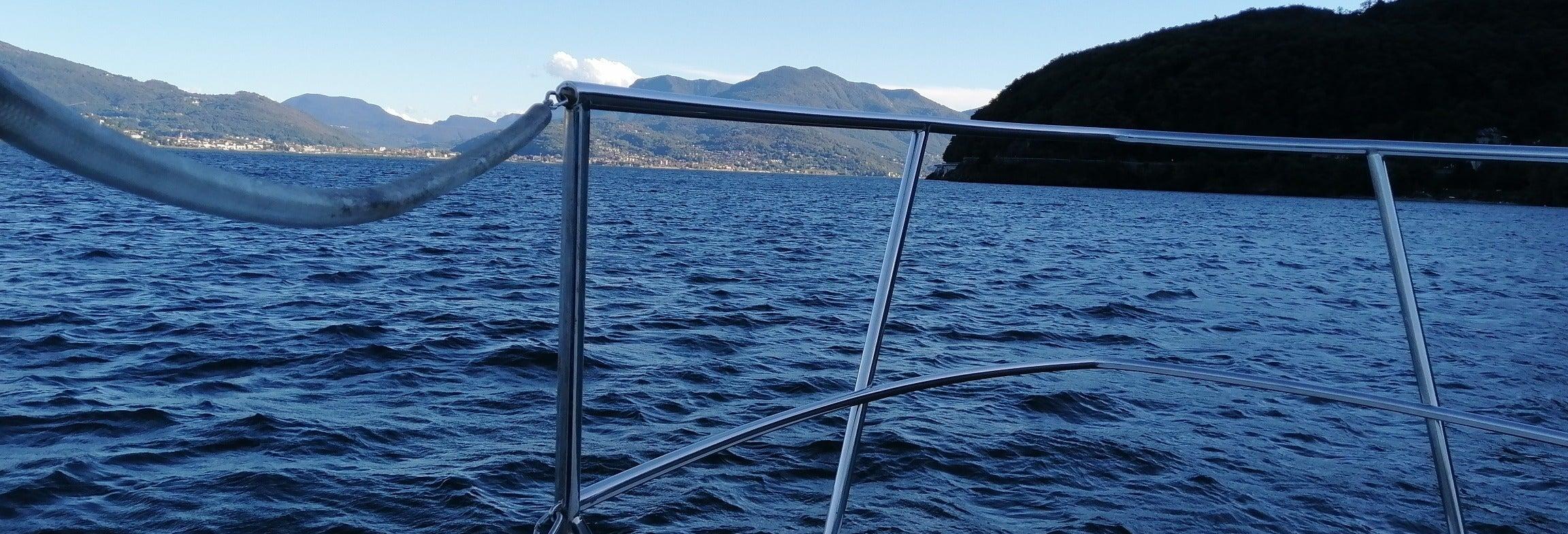 Paseo en barco por el lago Mayor al atardecer