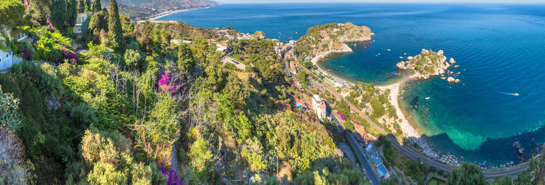 Tourin barca della costa diTaormina