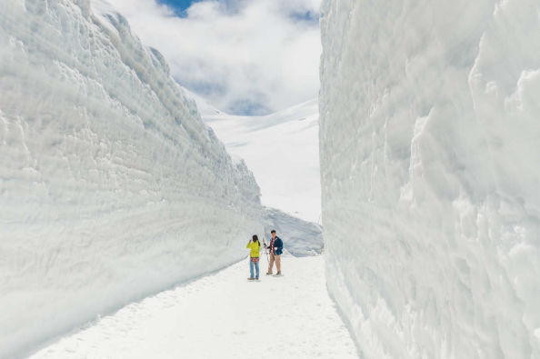 Marvelling at the snow walls in Murodo