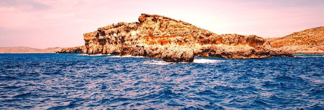 Crucero por la isla de Comino al atardecer