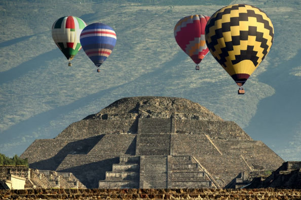 Flying over Teotihuacán in a hot air balloon