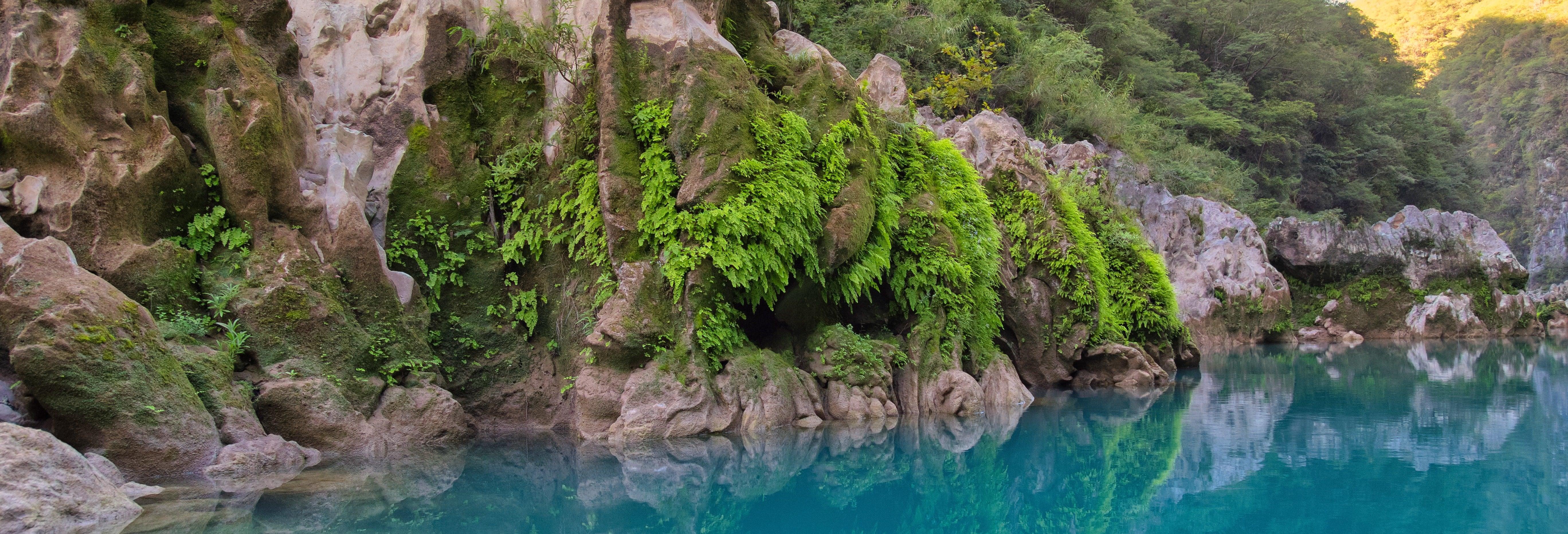 Salto de cascadas en el río Micos