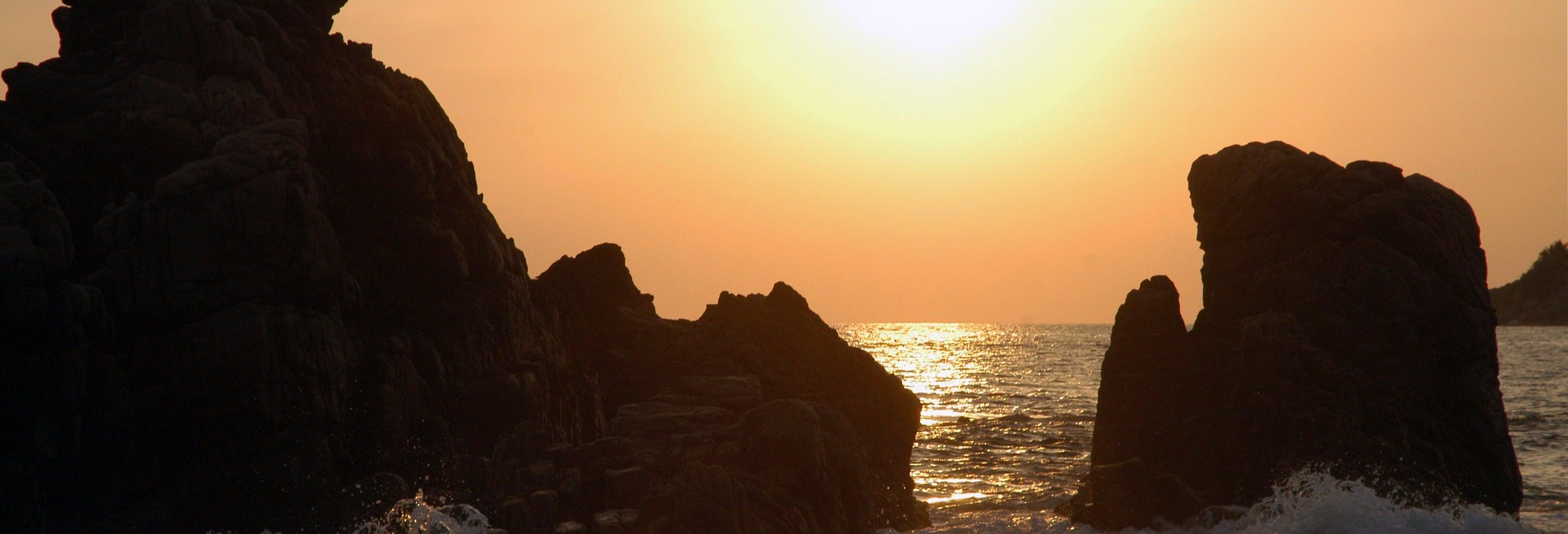 Barco por la bahía de Puerto Escondido al amanecer