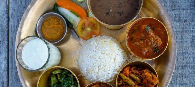 Cours de cuisine et repas avec une famille népalaise