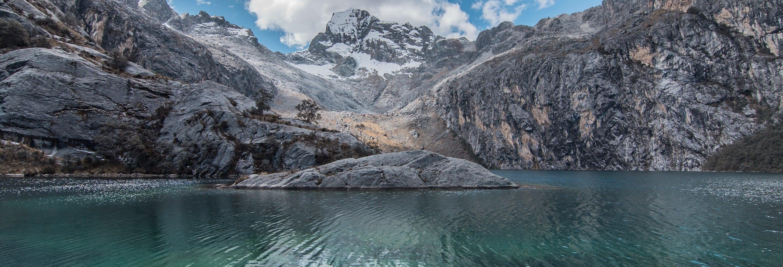 Trilha pela lagoa Churup