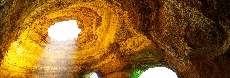 Passeio de barco pelas grutas de Benagil