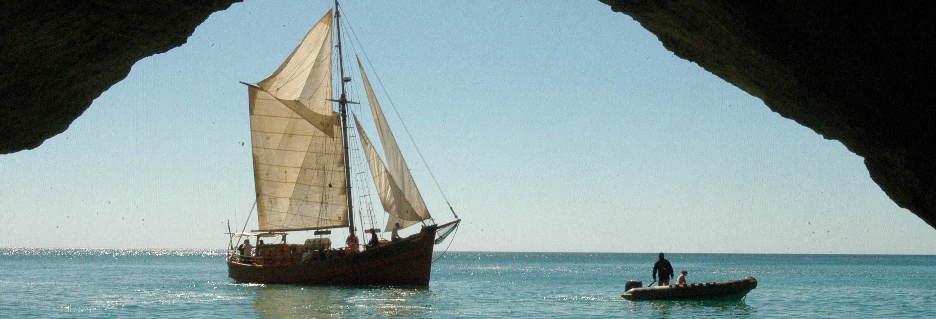 Passeio pelas grutas do Algarve de barco pirata