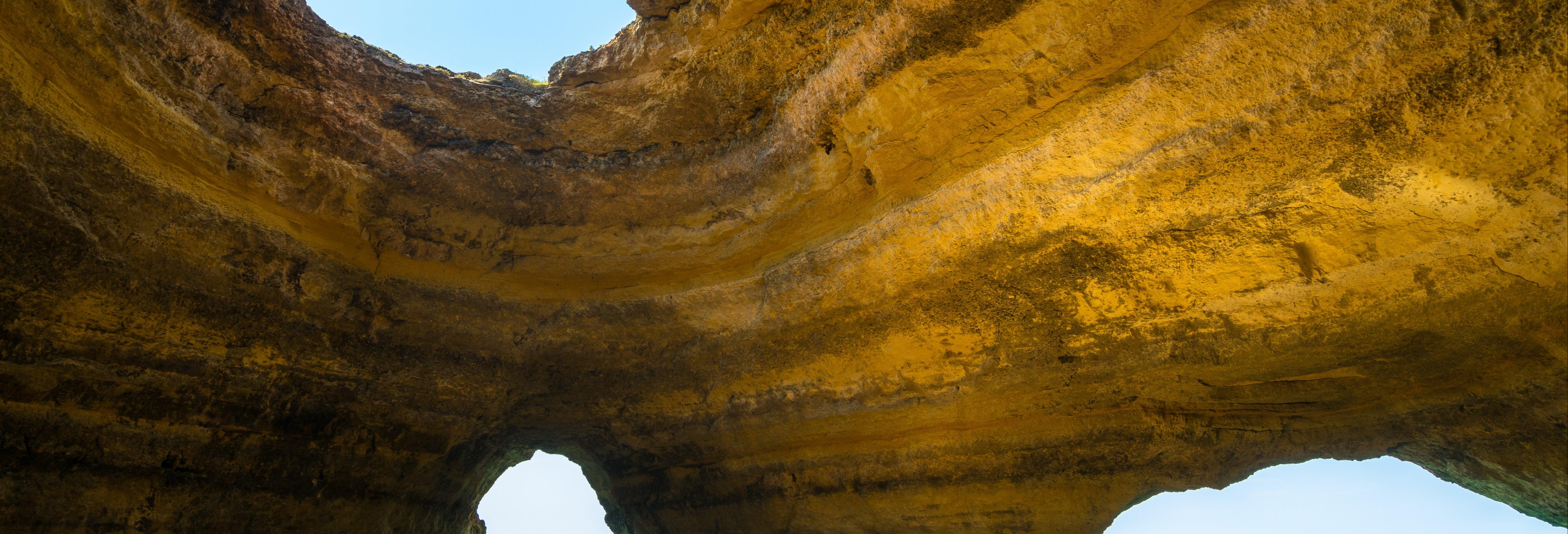 Balade en bateau à travers les grottes de Benagil