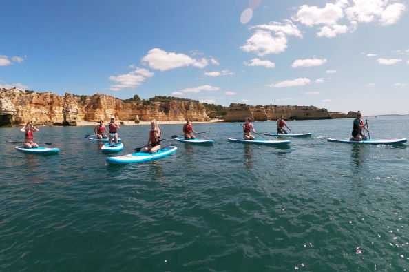 Facendo stand up paddle nell'Algarve