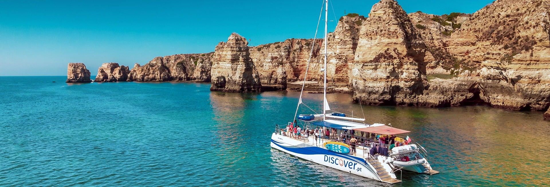 Passeio de catamarã pela costa do Algarve