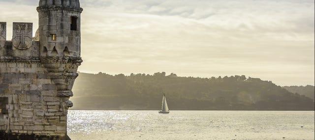 Paseo en barco tradicional al atardecer