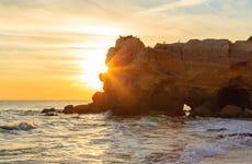 Paseo en barco por las cuevas de Benagil al atardecer