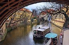 Paseo en barca + Museo del Puente Carlos