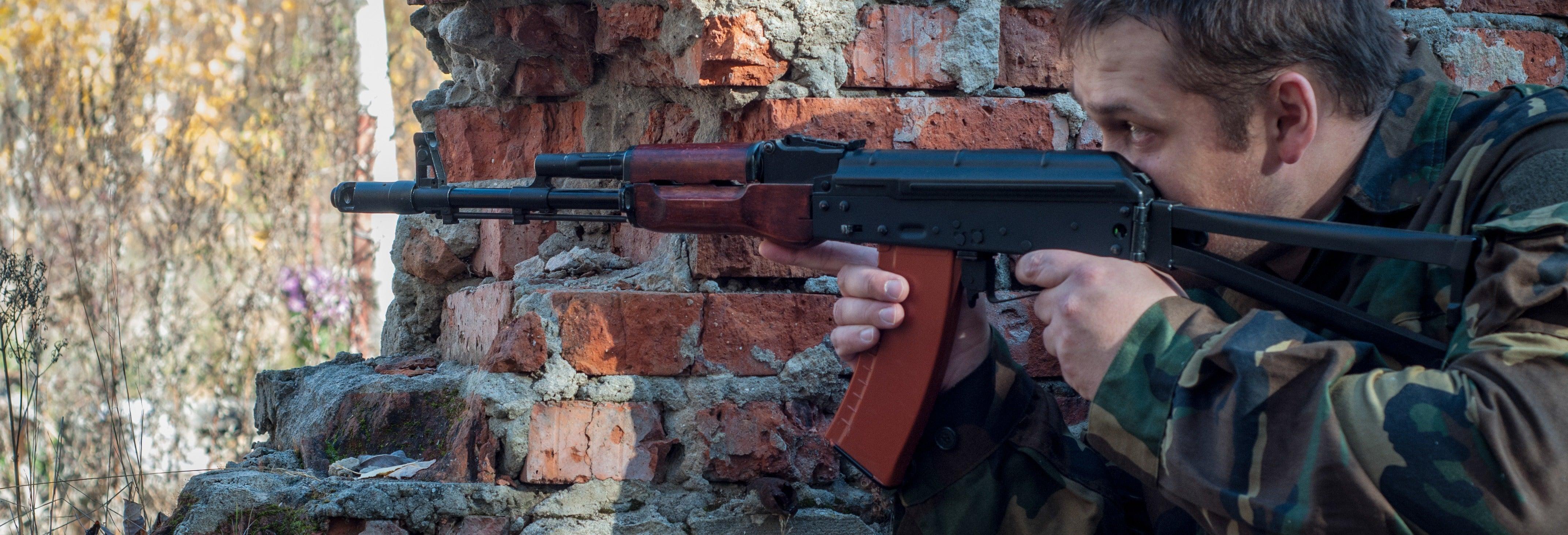 Prática de tiro com Kalashnikov