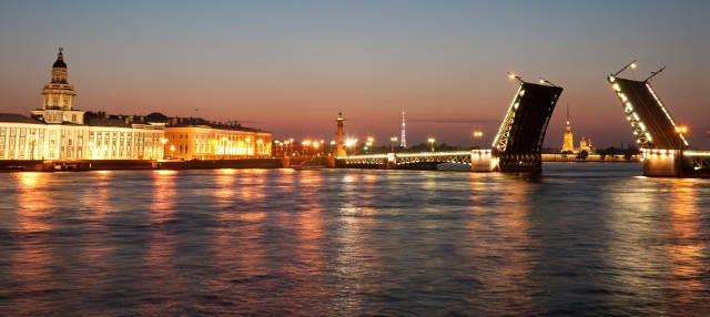 Tour nocturno en barco por los puentes levadizos