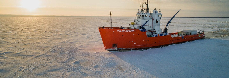 Paseo en barco rompehielos + Flotación en el mar de Botnia