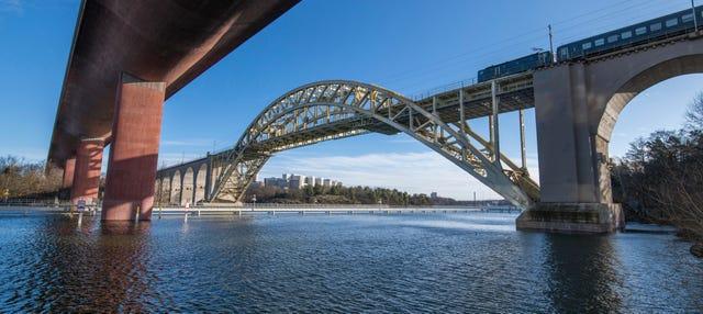 Paseo en barco bajo los puentes de Estocolmo