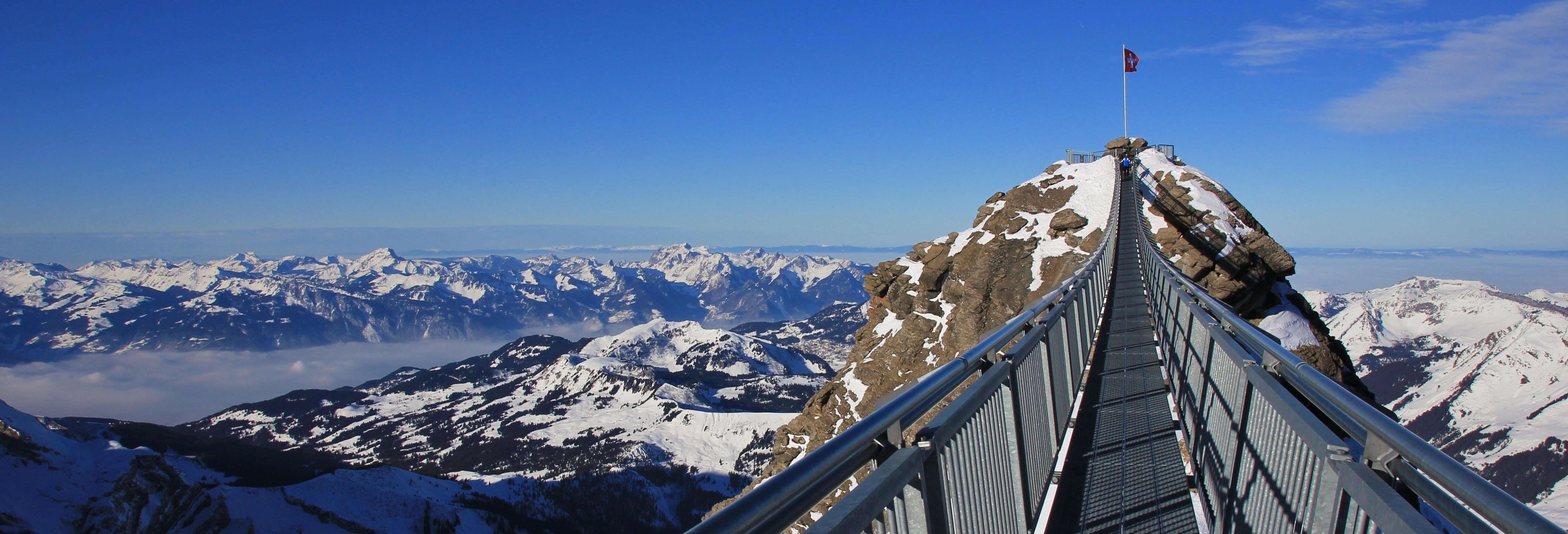 Entrada al Glacier 3000 con acceso al teleférico, telesilla y mirador