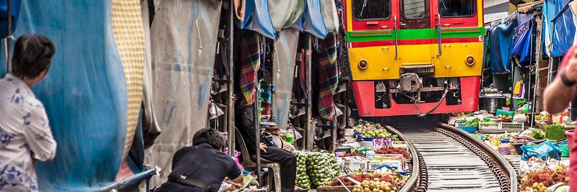 Mercado sui binari di Mae Klong